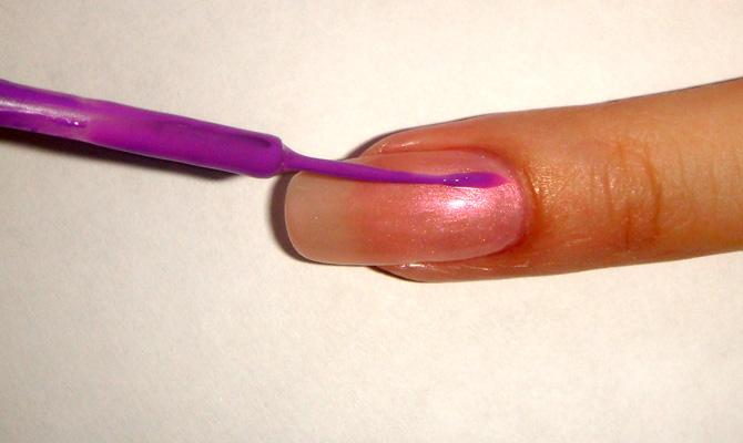 Прокрашивайте ногти полностью.