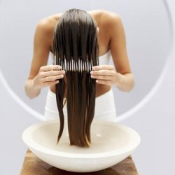 Почему у мужчин выпадают волосы и как это лечить?У мужчин кожа головы более жирная, и засаленные поры просто не дают