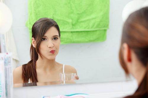 чем полоскать рот при запахе изо рта