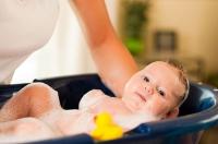 Как купать новорожденную девочку?